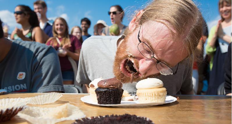eating cupcakes like a beast!!